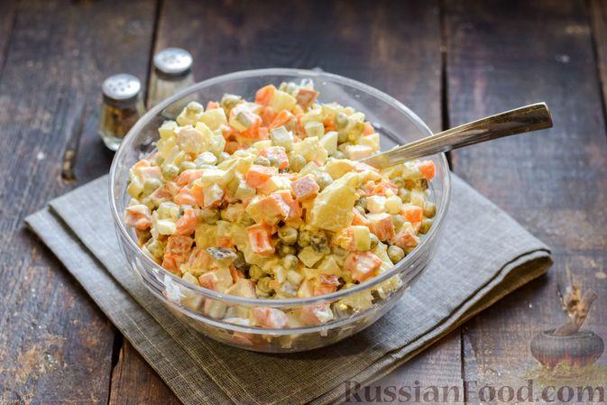 """Фото приготовления рецепта: Салат """"Оливье"""" с копчёной курицей и яблоком - шаг №11"""
