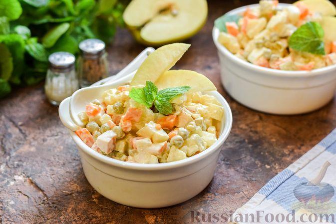 """Фото приготовления рецепта: Салат """"Оливье"""" с копчёной курицей и яблоком - шаг №13"""