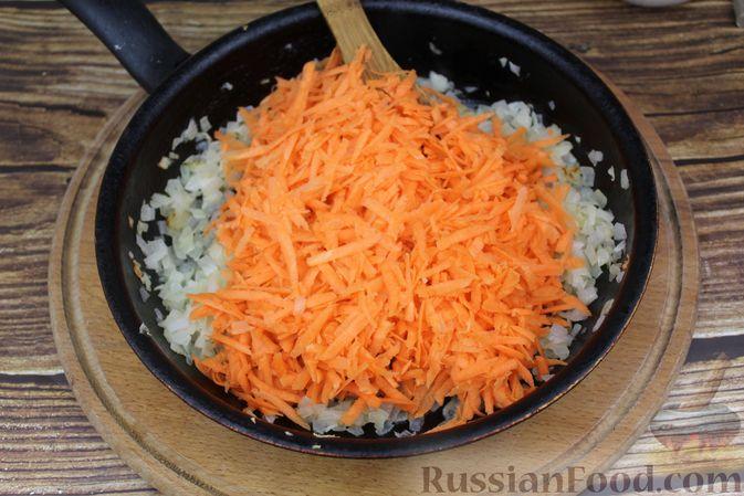 Фото приготовления рецепта: Рулет из рыбы с овощами и варёными яйцами (в духовке) - шаг №5