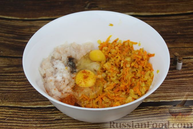 Фото приготовления рецепта: Рулет из рыбы с овощами и варёными яйцами (в духовке) - шаг №8