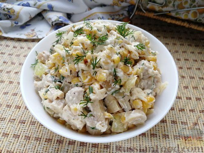 Фото к рецепту: Салат с маринованными шампиньонами, кукурузой и сыром
