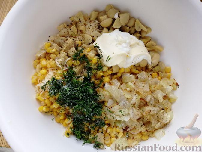 Фото приготовления рецепта: Салат с маринованными шампиньонами, кукурузой и сыром - шаг №4