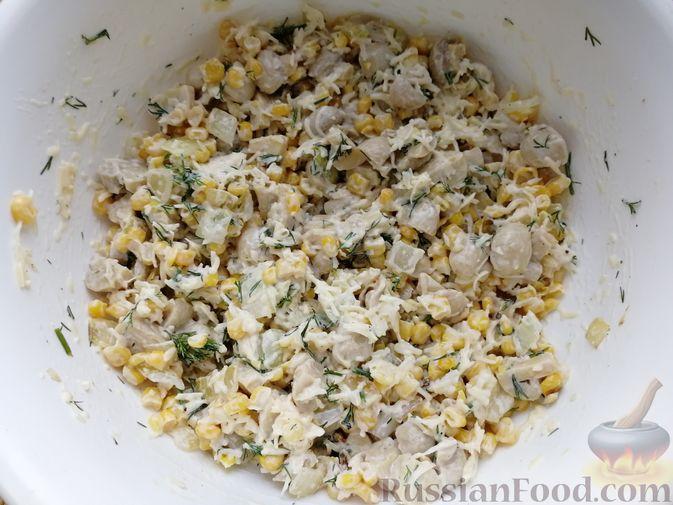 Фото приготовления рецепта: Салат с маринованными шампиньонами, кукурузой и сыром - шаг №5