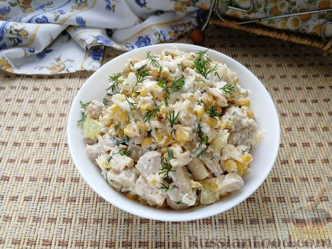 Фото приготовления рецепта: Салат с маринованными шампиньонами, кукурузой и сыром - шаг №6