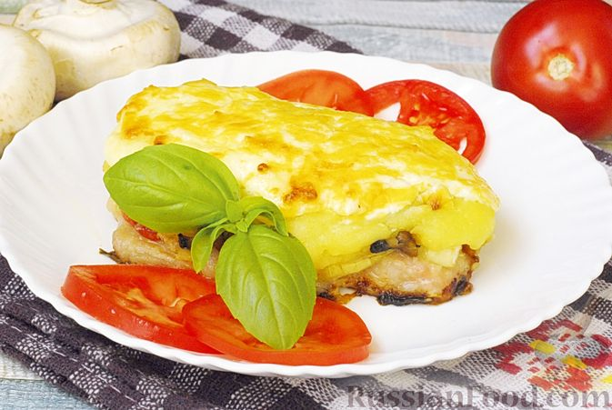 Фото приготовления рецепта: Мясо по-французски с помидорами, грибами и картофельным пюре - шаг №19