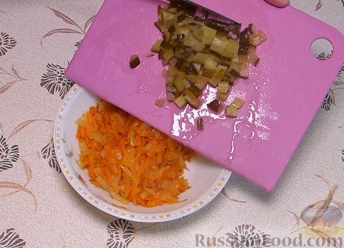 Фото приготовления рецепта: Карп, запечённый с морковью, луком и маринованными огурцами - шаг №5