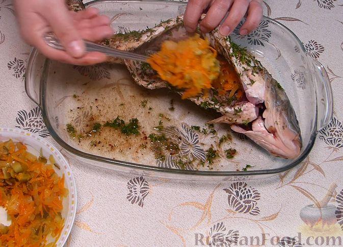 Фото приготовления рецепта: Карп, запечённый с морковью, луком и маринованными огурцами - шаг №6