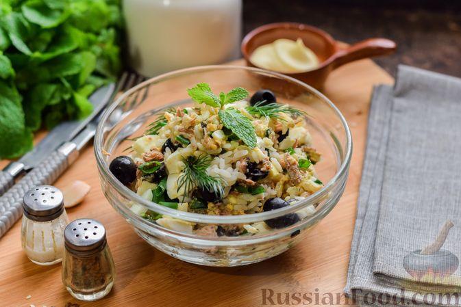 Фото к рецепту: Салат с тунцом, рисом, маслинами и яйцами
