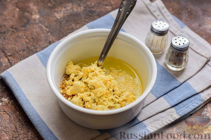 Фото приготовления рецепта: Салат с тунцом, рисом, маслинами и яйцами - шаг №5