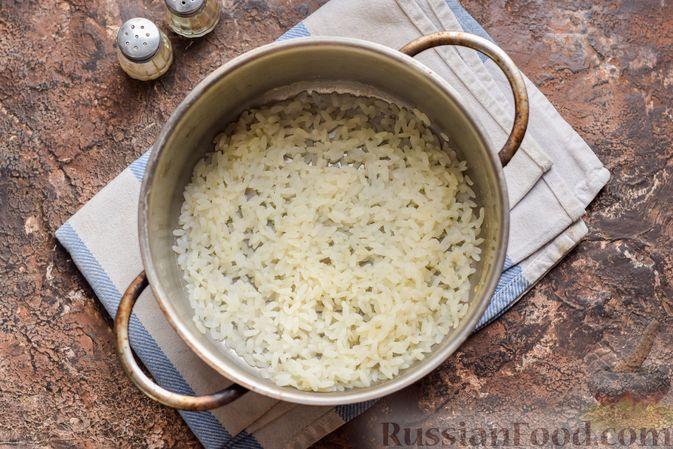 Фото приготовления рецепта: Салат с тунцом, рисом, маслинами и яйцами - шаг №3