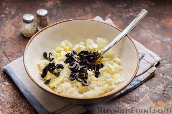 Фото приготовления рецепта: Салат с тунцом, рисом, маслинами и яйцами - шаг №9