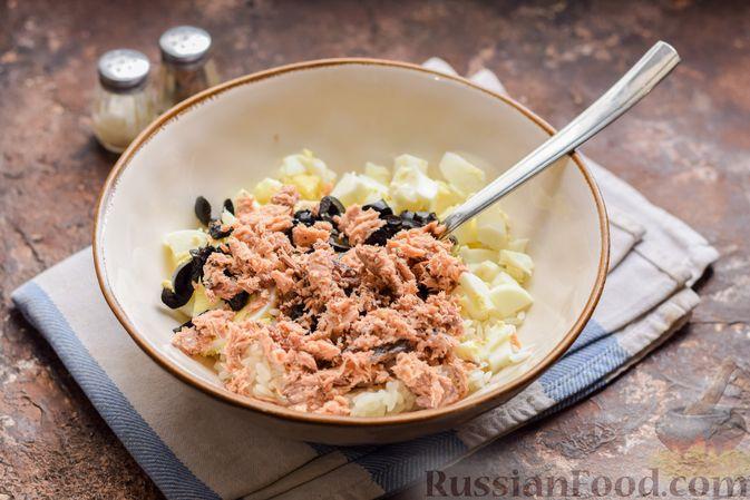 Фото приготовления рецепта: Салат с тунцом, рисом, маслинами и яйцами - шаг №11