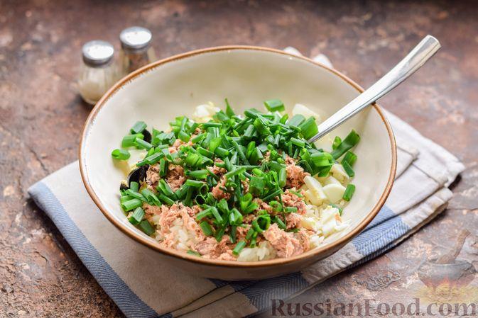 Фото приготовления рецепта: Салат с тунцом, рисом, маслинами и яйцами - шаг №12