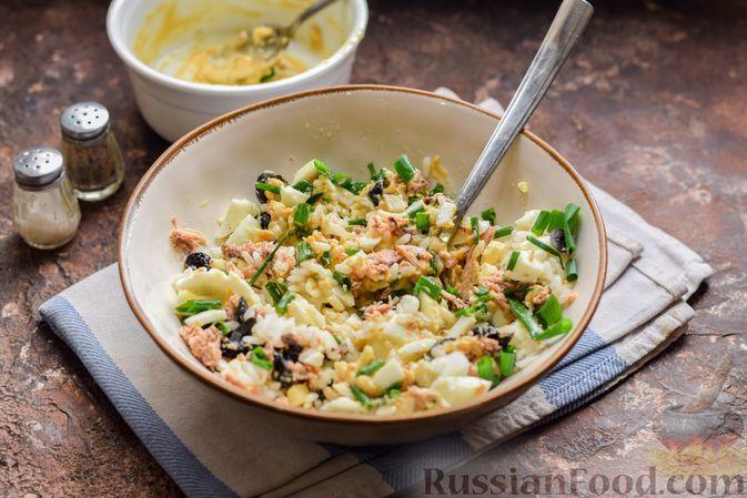 Фото приготовления рецепта: Салат с тунцом, рисом, маслинами и яйцами - шаг №14