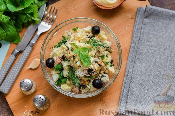 Фото приготовления рецепта: Салат с тунцом, рисом, маслинами и яйцами - шаг №15