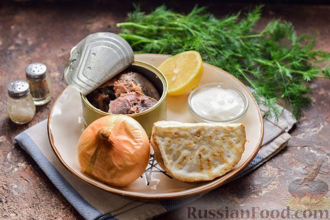 Фото приготовления рецепта: Салат с тунцом, корнем сельдерея и луком - шаг №1