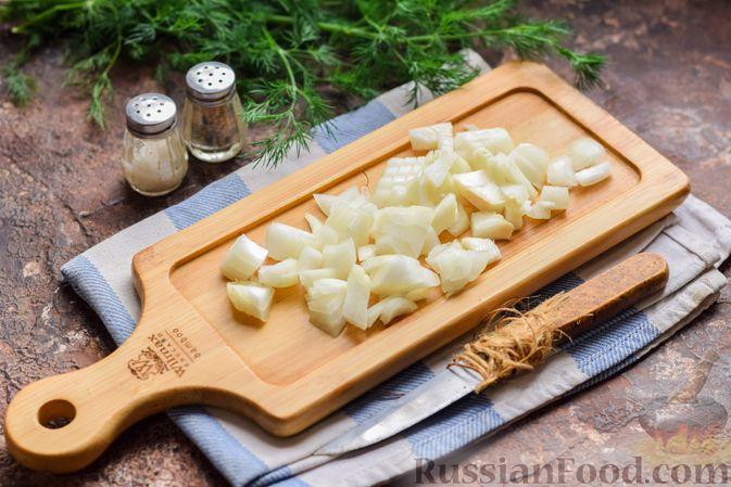 Фото приготовления рецепта: Салат с тунцом, корнем сельдерея и луком - шаг №2