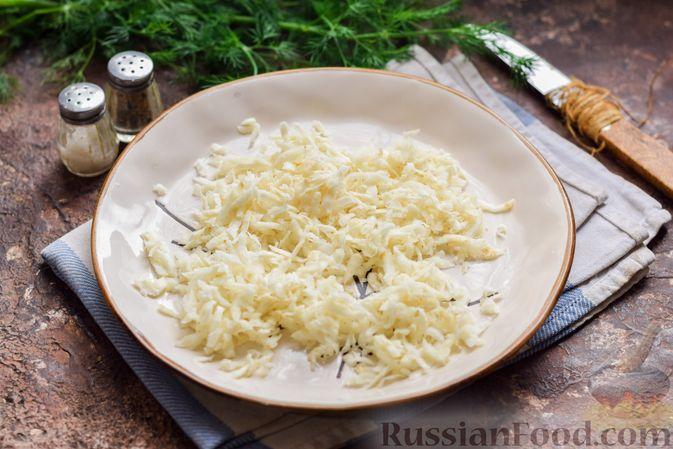 Фото приготовления рецепта: Салат с тунцом, корнем сельдерея и луком - шаг №3