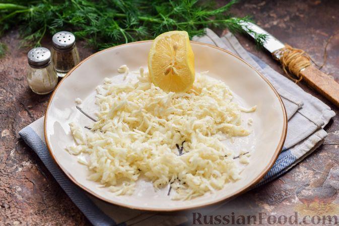 Фото приготовления рецепта: Салат с тунцом, корнем сельдерея и луком - шаг №4