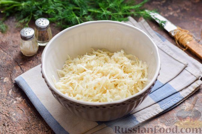 Фото приготовления рецепта: Салат с тунцом, корнем сельдерея и луком - шаг №5