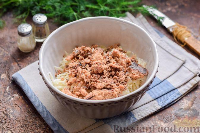 Фото приготовления рецепта: Салат с тунцом, корнем сельдерея и луком - шаг №6