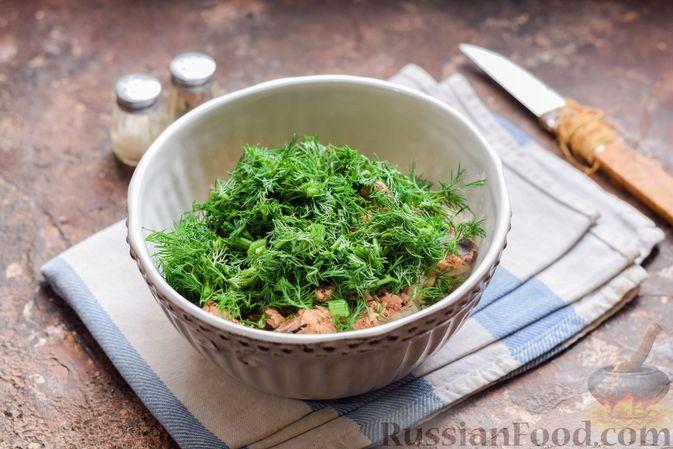 Фото приготовления рецепта: Салат с тунцом, корнем сельдерея и луком - шаг №7