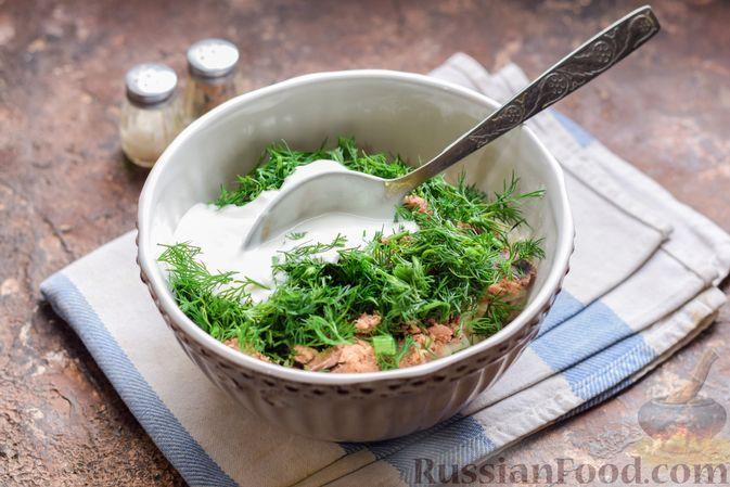 Фото приготовления рецепта: Салат с тунцом, корнем сельдерея и луком - шаг №8