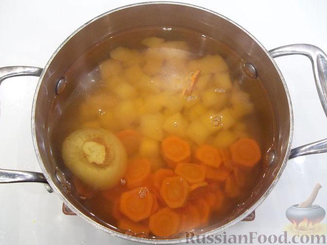 Фото приготовления рецепта: Суп с куриными фрикадельками и вермишелью - шаг №7