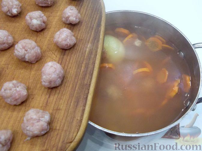 Фото приготовления рецепта: Суп с куриными фрикадельками и вермишелью - шаг №13