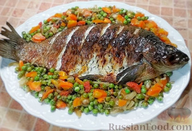 Фото к рецепту: Карп, запечённый с зелёным горошком, морковью и луком