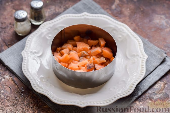 """Фото приготовления рецепта: Салат """"Сёмга под шубой"""" - шаг №8"""