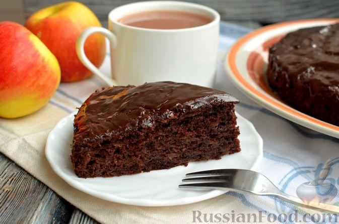 Фото к рецепту: Яблочно-шоколадный пирог с глазурью