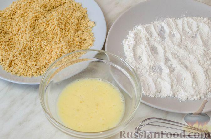 Фото приготовления рецепта: Отбивные из куриного филе в арахисовой панировке - шаг №6