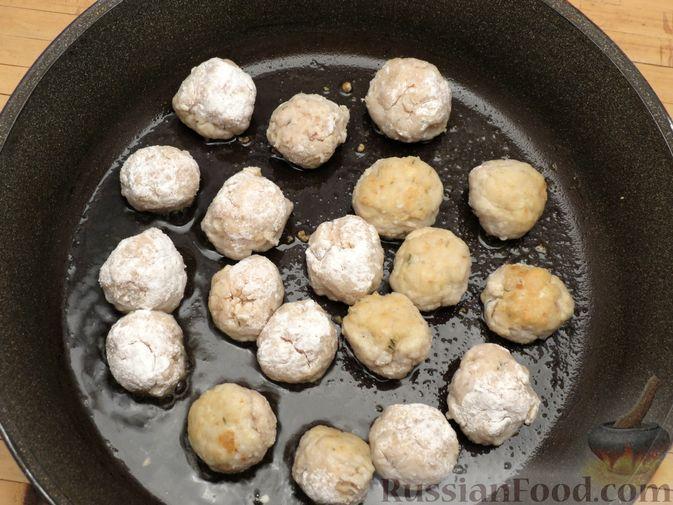 Фото приготовления рецепта: Рыбные тефтельки в томатном соусе - шаг №11