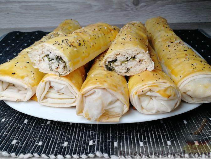 Фото к рецепту: Рулетики из теста фило, с мясом, сыром и зеленью