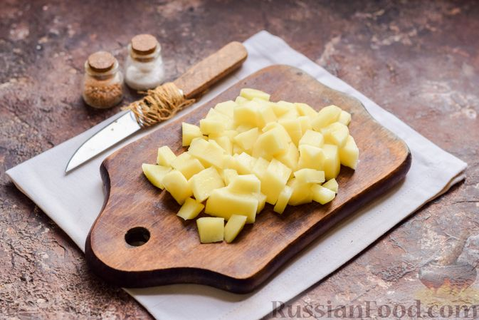 Фото приготовления рецепта: Суп с тушенкой, консервированным горошком и сыром - шаг №2