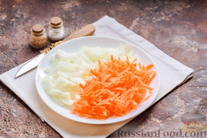 Фото приготовления рецепта: Суп с тушенкой, консервированным горошком и сыром - шаг №3