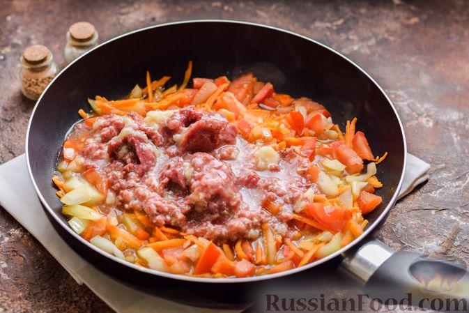 Фото приготовления рецепта: Суп с тушенкой, консервированным горошком и сыром - шаг №6
