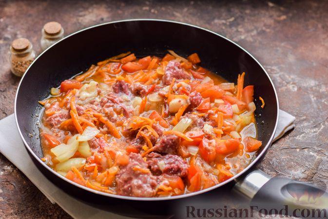 Фото приготовления рецепта: Суп с тушенкой, консервированным горошком и сыром - шаг №7