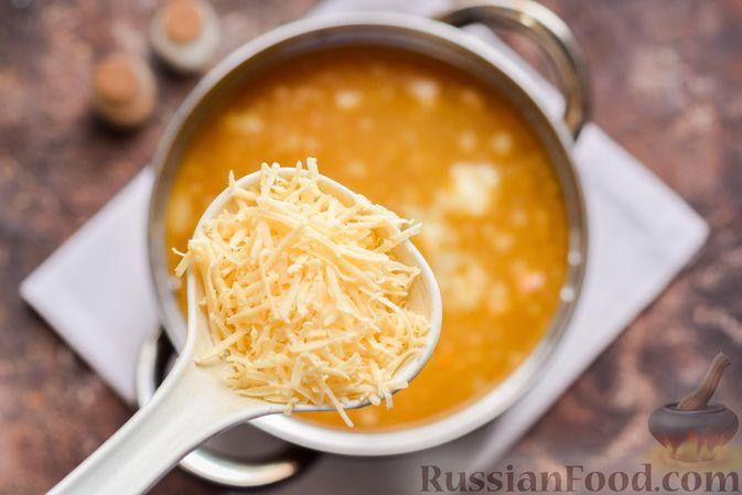 Фото приготовления рецепта: Суп с тушенкой, консервированным горошком и сыром - шаг №8