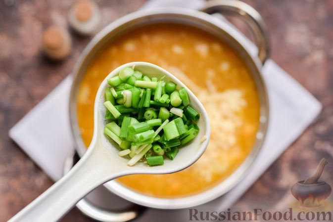 Фото приготовления рецепта: Суп с тушенкой, консервированным горошком и сыром - шаг №9