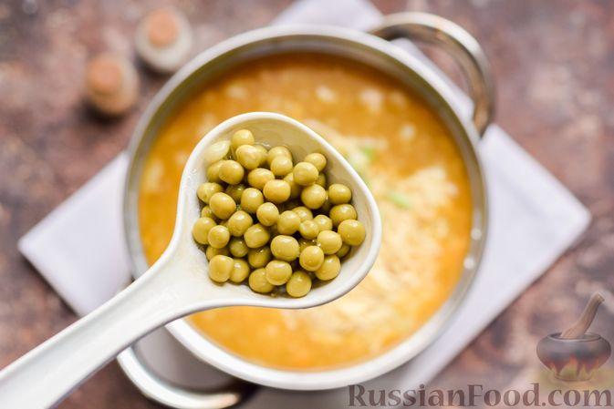 Фото приготовления рецепта: Суп с тушенкой, консервированным горошком и сыром - шаг №10