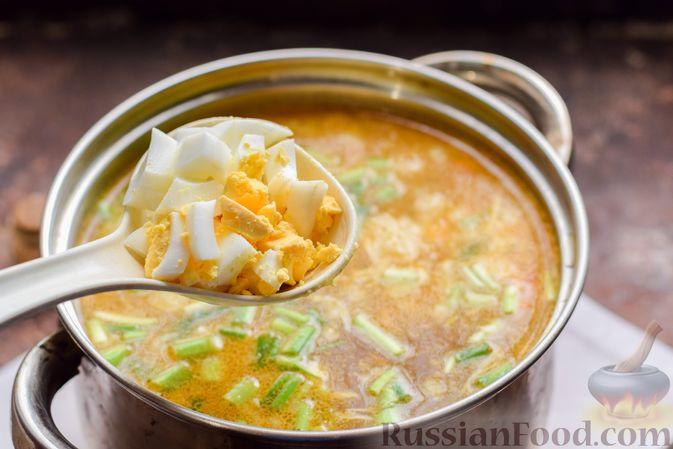 Фото приготовления рецепта: Суп с тушенкой, консервированным горошком и сыром - шаг №11