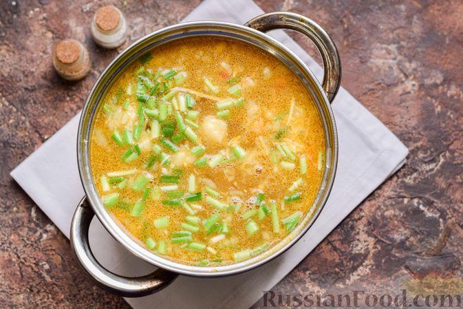 Фото приготовления рецепта: Суп с тушенкой, консервированным горошком и сыром - шаг №12