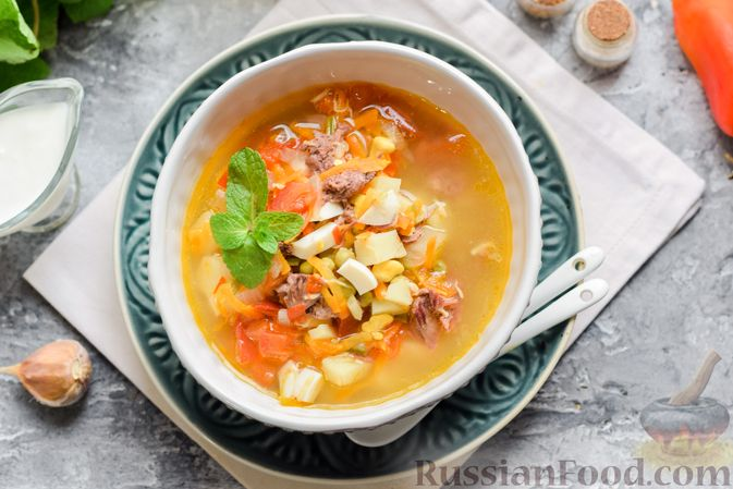 Фото приготовления рецепта: Суп с тушенкой, консервированным горошком и сыром - шаг №13