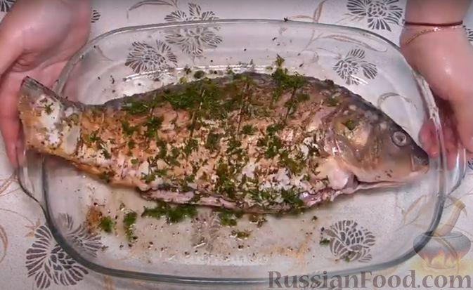 Фото приготовления рецепта: Карп, запечённый с морковью, луком и маринованными огурцами - шаг №3