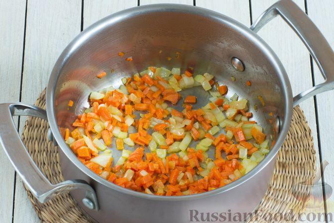 Фото приготовления рецепта: Чечевичный суп с овощами - шаг №3