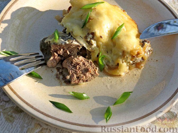 Фото приготовления рецепта: Куриная печень, запечённая с луком и сыром - шаг №11