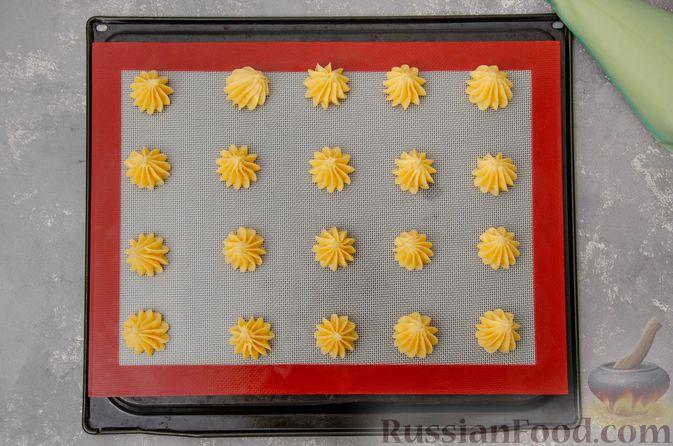 Фото приготовления рецепта: Профитроли со сливочным кремом и шоколадной глазурью - шаг №11