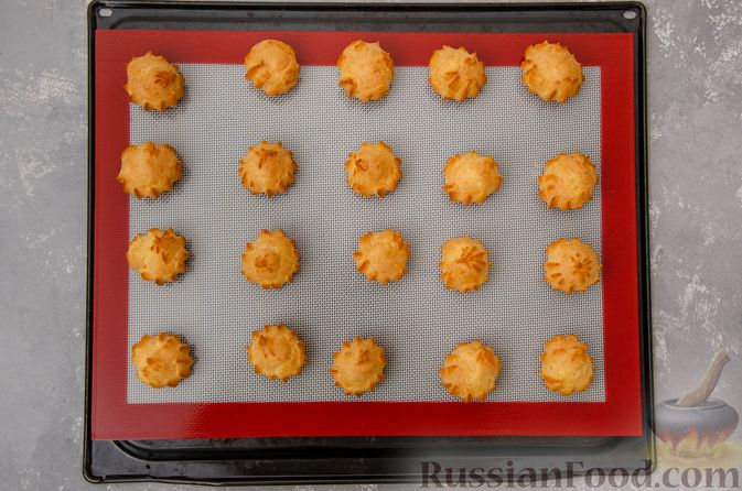 Фото приготовления рецепта: Профитроли со сливочным кремом и шоколадной глазурью - шаг №12